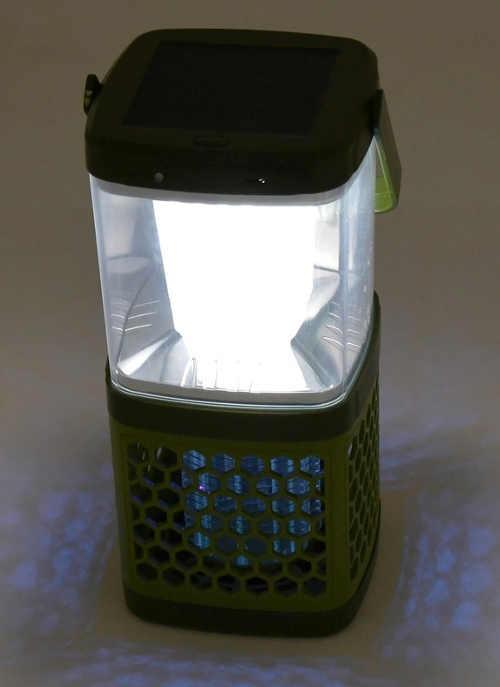 Praktická zahradní svítilna s lapačem hmyzu